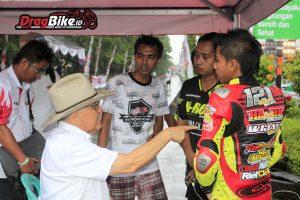 Bapak Helmi Sungkar menenangkan pembalap dan manager